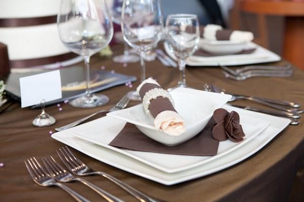 Dettaglio della cena di nozze in bianco e marrone